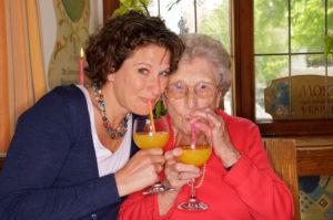 Seniorin mit Enkelin